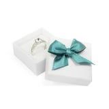 Anello in un contenitore di regalo su bianco Fotografia Stock