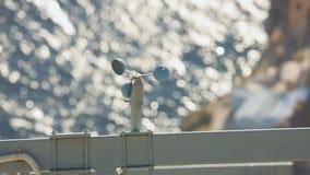 Anemômetro de copo que gira à medida da velocidade do vento no beira-mar, previsão de tempo filme
