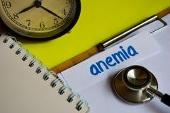 Anemia en la inspiración del concepto de la atención sanitaria en fondo amarillo fotografía de archivo libre de regalías