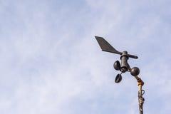Anemometer mit dem Himmel Stockfotos