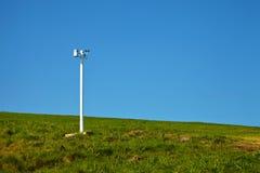 Anemometr w parku przeciw niebieskiemu niebu Obraz Stock