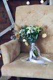 与毛茛属、小苍兰、玫瑰和白色anemon的婚礼花束 图库摄影