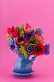 Anemones coloridos do ramalhete imagens de stock