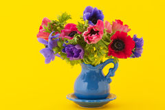 Anemones coloridos do ramalhete fotografia de stock royalty free