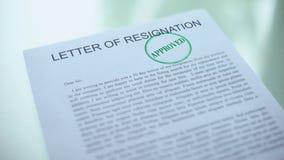 Anerkannter Buchstabe des Rücktritts, Hand, die Dichtung auf offiziellem Papier, Inanspruchnahme stempelt stock video