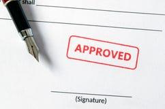 Anerkannter Stempel auf Dokument Leeres Unterzeichnungsfeld, Füllfederhalter Stockbild