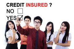 Anerkennend Kreditversicherer des asiatischen Geschäftsteams Lizenzfreie Stockbilder