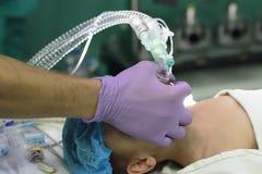 Anesthésie pour un enfant photographie stock libre de droits
