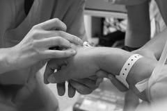 Anesthesiologist κατά τη διάρκεια της έγχυσης του φαρμάκου Στοκ εικόνα με δικαίωμα ελεύθερης χρήσης