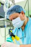 Anesthesiologist στο δωμάτιο λειτουργίας Στοκ Εικόνες