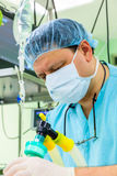 Anesthesiologist in verrichtingsruimte Stock Foto