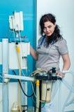 Anesthesiologist vrouwelijke arts in de werkende ruimte met een icu Royalty-vrije Stock Afbeeldingen