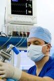 Anesthetist que trabalha neste local de trabalho Fotografia de Stock Royalty Free