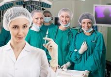 Anesthetist z strzykawką i operacja obfitujemy zdjęcie stock