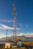 Anetena de télécommunications sur la côte dans le village de Djupivogur - Icela Photos stock