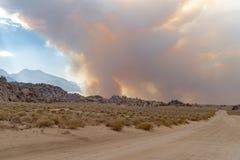 Anfänge des verheerenden Feuers in den Ost-Sierra Nevada -Bergen lizenzfreie stockfotos