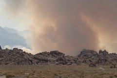 Anfänge des verheerenden Feuers in den Ost-Sierra Nevada -Bergen stockfotografie