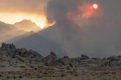 Anfänge des verheerenden Feuers in den Ost-Sierra Nevada -Bergen stockbild