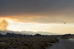 Anfänge des verheerenden Feuers in den Ost-Sierra Nevada -Bergen nahe lizenzfreies stockbild