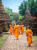Anfänger-buddhistische Mönche, die unter Ruinen in Sukhothai, Thailand gehen Lizenzfreies Stockfoto