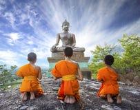 Anfänger-Mönch, der zum Buddha in Phrabuddhachay-Tempel betet Lizenzfreie Stockfotos