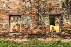 Anfängermönch-Lesebücher in den Ruinen Lizenzfreies Stockbild