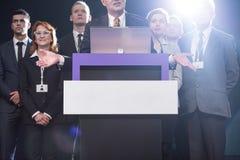 Anförande för lyckad kandidat bland trogna supportrar arkivfoto