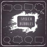 Anförande och tanke bubblar på svart tavlabakgrund. Arkivbilder