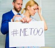 Anfall på arbetsplatsen Anfall som uppsätta som mål på anställd Hashtag för flickahållaffisch mig för medan kollega som är lugna  royaltyfri foto
