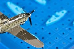 Anfaller det militära flygplanet för leksaken leksakskepp Royaltyfri Fotografi