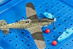 Anfaller det militära flygplanet för leksaken leksakskepp Arkivbild