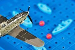 Anfaller det militära flygplanet för leksaken leksakskepp Royaltyfri Foto