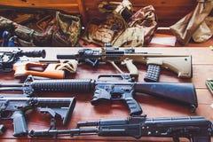 Anfallgevär av olika arméer av världen ligger på ett trä Royaltyfri Bild