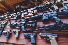 Anfallgevär och pistoler av olika arméer av världen Fotografering för Bildbyråer