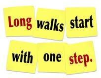 Anfang der weiten Spaziergänge mit einem Schritt, der Zitat-klebrige Anmerkungen sagt Lizenzfreie Stockbilder