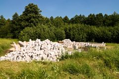 Bau des Ziegelsteinvorstadthauses im Wald Lizenzfreie Stockfotografie