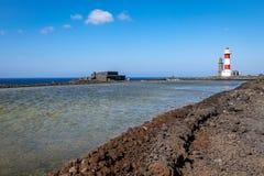 Anfang des Entsalzenprozesses, zum des Salzes von Ozeanwasser, eins zu verfeinern der ersten Salzfelder von Fuencaliente, La Palm stockfotografie
