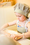 Anfang des kleinen Mädchens, der Pizza kocht stockfoto
