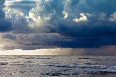 Anfang des Sturmregens im Ozean, dunkler bewölkter Himmel Stockfotografie