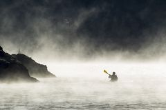 Anfang Dezember Kayak fahren lizenzfreie stockbilder