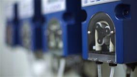 Anfang einer Peristaltik-Pumpe für Fütterungssäure und Alkali in ein aerotank stock video