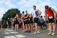 Anfangszeile zu laufendem Rennen Lizenzfreies Stockbild