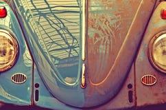Anfas smutsar ner den gamla bilen som är halv Retro stil (biltvätt, bra och ondskan, royaltyfria foton