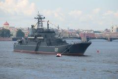 ` Anfibio grande de Minsk del ` de la nave en el área del agua del río de Neva Imagenes de archivo