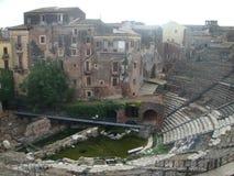 Anfiteatro antigo a Catania em Sicília no centro de casas antigas Italy Imagens de Stock Royalty Free
