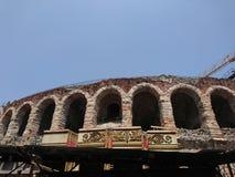 Anfiteatro antiguo con los gryphons de oro foto de archivo libre de regalías