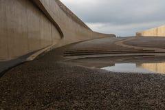 Anfiteatro con reflexiones naturales en un charco cerca del puente en Vroenhoven imagen de archivo libre de regalías