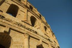 Anfiteatro debajo del cielo azul Fotos de archivo