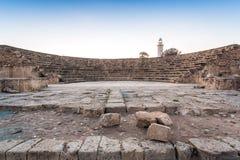 Anfiteatro e farol em Paphos histórico, Chipre foto de stock