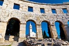 Anfiteatro e iglesia romanos antiguos en pulas Foto de archivo libre de regalías
